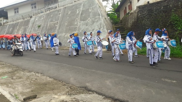Grup Drum Band Meriahkan Acara Khatam di Tingkat Kecamatan